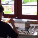 Photo : démonstration verre file au chalumeau Mathilde Caylou Site Saint-Sauveur Terres de Montaigu
